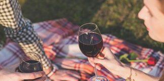 על יין, שיחת רעים ואהבה