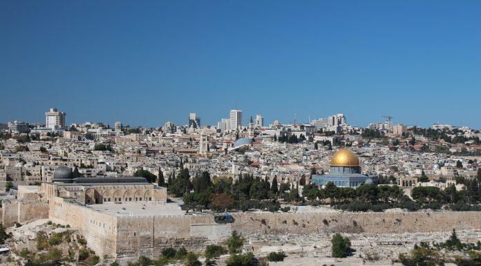 """התיירים שהתאהבו בנדל""""ן של ארץ הקודש"""